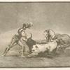 Un caballero español mata un toro despues de haber perdido el caballo.