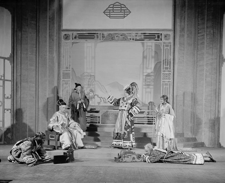 Background L to R: Baliol Holloway (Kublai, the Great Kaan), Dudley Digges (Chu-Yin), Alfred Lunt (Marco Polo) and Margalo Gillmore (Kukachin). Henry Travers as Nicolo and Ernest Cossart as Maffeo  (foreground).
