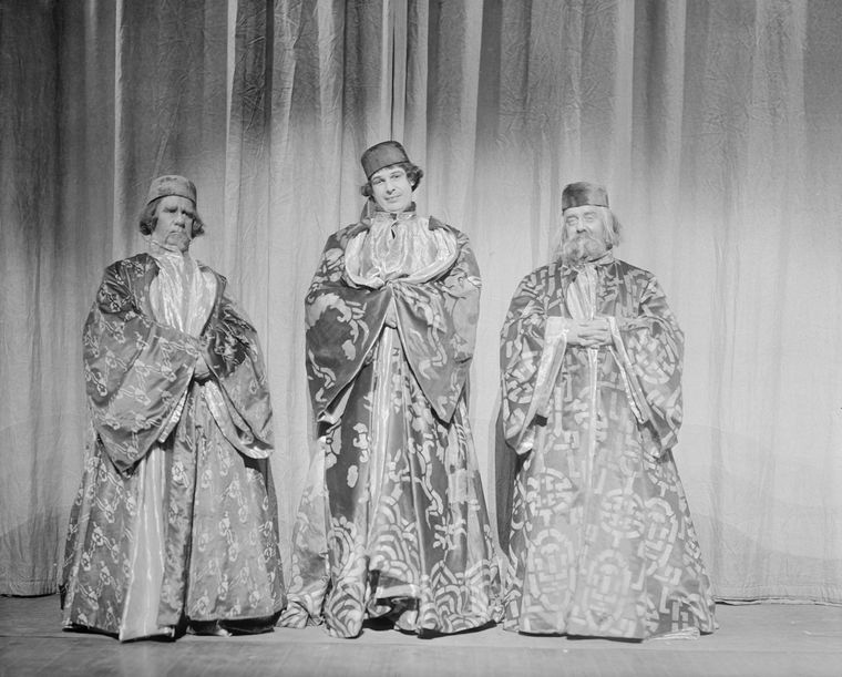 L to R: Henry Travers (Nicolo), Alfred Lunt (Marco Polo), and Ernest Cossart (Maffeo).