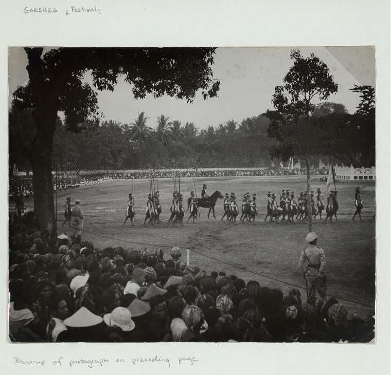Garebeg [Festival]. Blow-up of photograph on preceding page. [Gladi resik: rehearsal of parade of keraton troops on the southern alun-alun preceding the celebration of Garebeg. Yogyakarta, 1935]