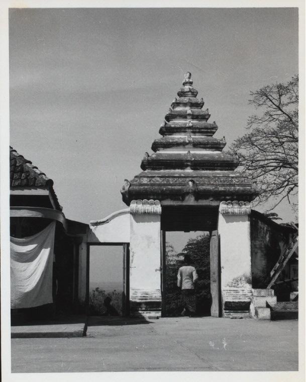 Java, East: Antiquities. Gresik [town]. Gate of Kuburan (tomb grounds) of Sunan Giri near Gresik (seen from inside) Photo: CH, 9.3.55.