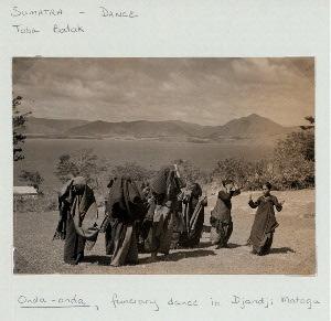 Sumatra - Dance. Toba Batak. Onda-onda, funerary dance in Djandi Matogu.