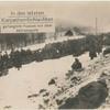 In den letzten Karpathen-Schlachten gefangene Russen vor dem Abtransport.