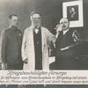 Kriegsbeschädigten-Fürsorge. Professor Dr. Höftmann vom Hindenburghaus in Königsberg mit einem Kriegsbeschädigten, der Messer und Gabel hält und damit bequem essen kahn.