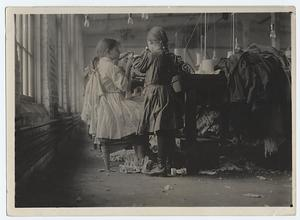Raveler and looper in a Tenn. hosiery mill, Dec., 1910.
