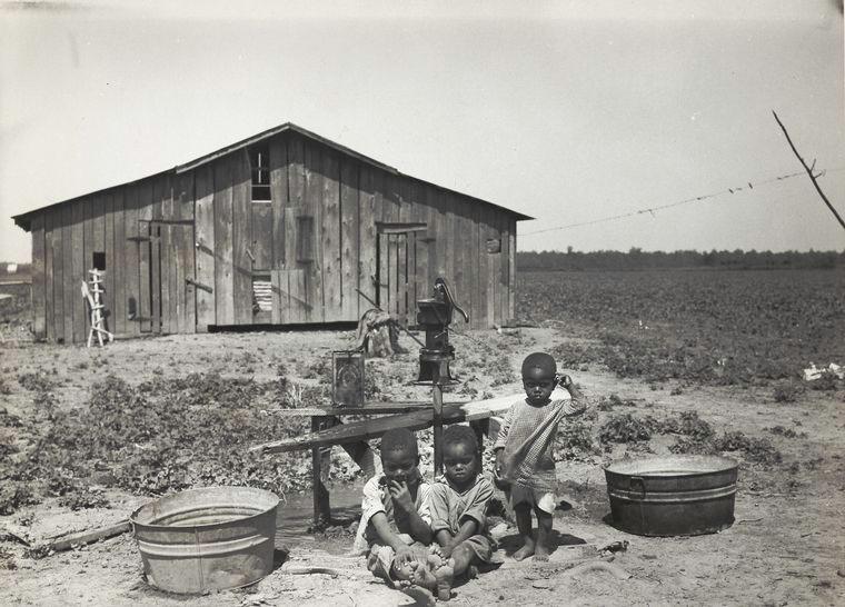 Children of sharecropper, near West Memphis, Arkansas, 1935.