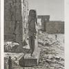 Thèbes. Karnak. Vue d'un colosse placé à l'entrée de la salle hypostyle du palais.