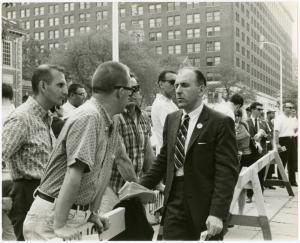 [Frank Kameny and onlookers] / Kay Tobin Lahusen