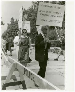 [Barbara Gittings and Randy Wicker in picket line] / Kay Tobin Lahusen