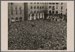 [The Italian people took a lively part in the meeting between Führer and Duce.  An endless sea of people exultantly greeted the leaders of the two countries.]