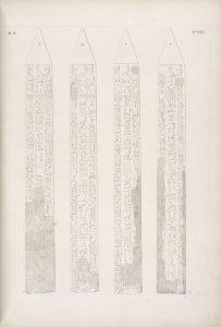 Obelisco di Karnac con iscrizione della colonna del mezzo appartenente a Thutmes I [Thutmose I]; e con le colonne laterali di due posteriori.