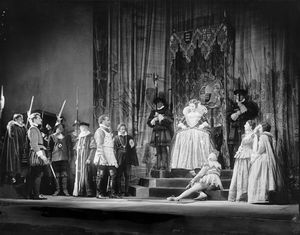 """Scene from """"Elizabeth the Queen"""" (by Maxwell Anderson), NYC: Guild Theatre, 1930. Setting by Lee Simonson. Lynn Fontanne as Elizabeth and Alfred Lunt as Earl of Essex."""