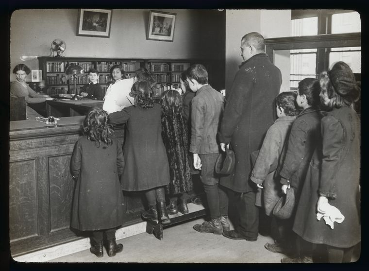 No age limit, Children lined up to register at Aguilar, Mar. 21, 1910