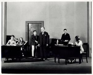 George Stillwell (center) with Zita Johann as secretary (extreme left) in Machinal.